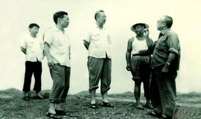 Xi Zhongxun (centro) visita el área rural de Huiyang en la provincia de Guangdong al sur de China en agosto de 1978. (PRNewsfoto/CCTV+)